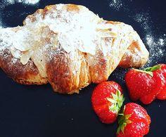 Good morning! Daar gaan we weer! Ik heb eigen geheime bakker thuis 😁 geheime recept van heerlijke amandel croissants a la maurice bij  @created_by_maurice  Ik ga mijn best doen om  deze recep met jullie te kunnen delen 😉 want die wil je echt hebben! !! #food #breakfast #croissant #amandel #goodfood #gezondeten #instafood #healthyeating #summervibes #eatwell #ontbijt #mommytobe #zwanger #zwangerschap #pregnancy #pregnant #lifeblogger #blog #withlove #withalice