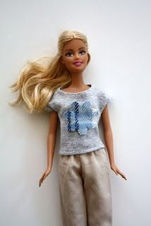 Vestido Barbie - Tutorial http://www.craftinessisnotoptional.com/2010/08/barbie-dress-tutorial.html       Quem tem filha sabe o fascínio q...