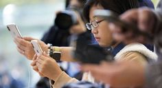 Garota configura o Face ID do iPhone X durante o lançamento do celular no Japão     Tomohiro Ohsumi/Getty Images/03.11.2017   Um pesquisador no Vietnã demonstrou como aparentemente enganou o software de reconhecimento facial Apple no novo iPhone X usando uma máscara feita com uma impressora 3D, silicone e fita crepe.