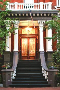 Get the scoop from a local! Learn where to find the best hotels and bed & breakfast options in Savannah's Historic District.   savannahfirsttimer.com #savannah #savannahftg
