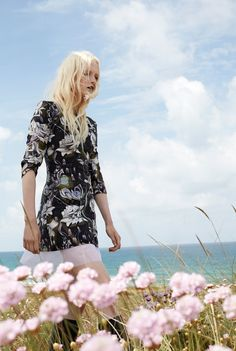 Field of Dreams - Maja Salamon Poses for ELLE Poland by Agata Pospieszynska Styled by fashion editor Ina Lekiewicz. Hair by Pawel Solis Makeup by Nana Benjamin Fashion Editor, Fashion Shoot, Editorial Fashion, Fashion Beauty, Outdoor Shoot, Minimal Outfit, Beauty Shots, Fashion Sites, Silhouette