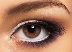 Viele Frauen empfinden Schlupflider als ästhetischen Makel.