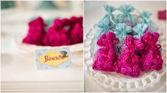 Plaquinhas de mesa com cardápio * Design feito com amor! By #amareatelier | Lu Wonderland | Foto por Graciella Kaneblai | Produção Xícara Decor | #party #birthday #design #scrap #krafts #diy #alice #wonderland | facebook.com/amareatelier