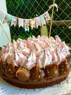 Brownie con dulce de leche, nueces y merengue italiano.