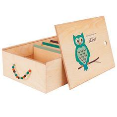 Handgemaakte houten bewaardoos (44x32x15cm) voor al je baby- en kinder herinnerdingen. Deze heeft een schattig uiltje als opdruk! Kies zelf je kleur en naam. Inhoud +/- 20 liter. Erg handig, erg leuk!