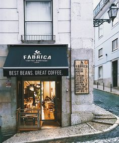 Rens kroes lissabon hotspots 復 古 in 2019 coffee store, lisbon cafe, coffee shop Cafe Bar, Cafe Shop, Coffee Shop Design, Cafe Design, Coffee Shop Branding, Coffee Shop Logo, Restaurant Design, Restaurant Bar, Tienda Natural