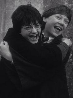 Daniel Radcliffe (Harry Potter) and Rupert Grint (Ron Weasley) Harry Potter Tumblr, Images Harry Potter, Mundo Harry Potter, Harry James Potter, Harry Potter Cast, Harry Potter Characters, Harry Potter Friendship, Harry Potter Hogwarts, Wallpaper Harry Potter