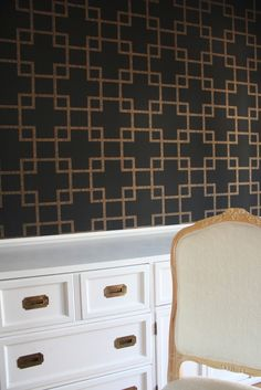 My DIning Room wallpaper drd: dayka robinson designs Gold Geometric Wallpaper, Home Channel, Dining Room Wallpaper, Gold Rooms, Gold Home Decor, Black Gold Jewelry, Amazing Decor, Beautiful Living Rooms, Inspiration Wall