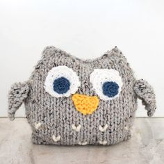 knitting patterns toys This Easy Plush Owl Knitting Pattern is perfect for beginners and it makes a great gift! Knitting patterns for plush animals are pretty hard to come by (cr Owl Knitting Pattern, Animal Knitting Patterns, Owl Patterns, Stuffed Animal Patterns, Loom Knitting, Knitting Scarves, Knitting Kits, Free Knitting, Free Crochet