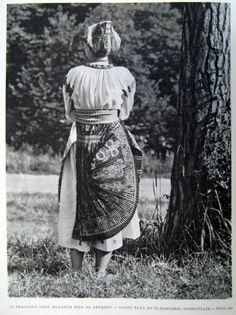 Picture from the book Ludova Modrotlac Na Slovensku by Jozef Vydra (Bratislava: Tvar, Bratislava, Photojournalism, Shibori, Folklore, Embroidery Patterns, The Book, Indigo, Culture, Traditional