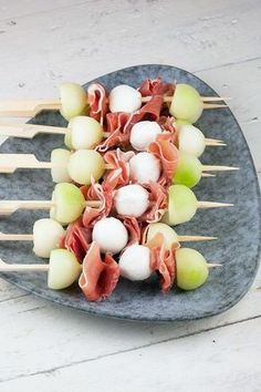 Tapas skewers with melon, mozzarella and ham - ohmydish.nl, Tapas skewers with melon, mozzarella and ham Clean Eating Snacks, Healthy Snacks, Tapas Recipes, Appetizer Recipes, Yummy Food, Tasty, Snacks Für Party, Tapas Party, Appetisers