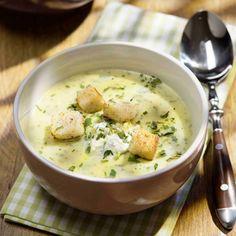 Zwiebeln fein würfeln. Kartoffeln schälen und grob würfeln. Margarine in einem Suppentopf zerlassen. Zwiebeln darin glasig dünsten. Kartoffeln...