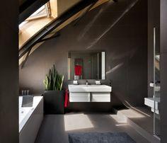 Badezimmer mit Dachschräge in Anthrazit Farbe