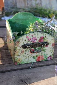 decoupage or paint, add handles Vintage Diy, Vintage Shabby Chic, Craft Projects, Projects To Try, Decoupage Wood, Shabby Chic Crafts, Pretty Box, Craft Sale, Painting On Wood