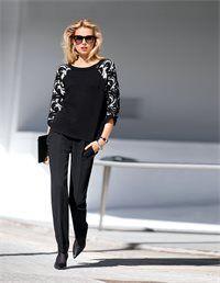 Très Chic! Lässiger Boxy-Stil und schmückendes Jacquardmuster - dieser Pullover vereint beide Trends aufs Schönste.