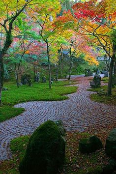 Koumyouzenji Dazaihu Fukuoka, Japan  Love the geometric design the stones in the path makes.
