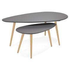 Optez pour les tables basses design ovales gigognes GOLDA en bois et chêne massif gris foncé pour moduler à votre gré votre intérieur. Le plateau arrondi associé au piètement incliné leur assurent une parfaite stabilité.