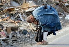 Buddhist Monk Sokan Obara prays for the victims in the debris of the tsunami in Ofunato, Iwate Prefecture, Japan Japan Earthquake, Earthquake And Tsunami, Sendai, Buddhist Monk, Nihon, Man Photo, Religious Art, Natural Disasters, Samurai Art