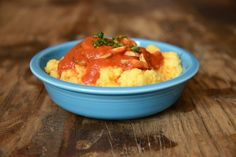 Polenta casera con salsa marinara de champiñones