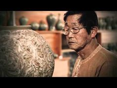 O vídeo mostra alguns artistas chineses trabalhando em seus vasos, verdadeiras obras de arte.