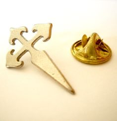(http://www.spanishdoor.com/camino-de-santiago-st-james-cross-pilgrim-lapel-pin-1/)