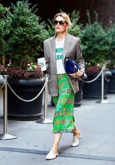 It Girl - blazer-xadrez-saia-verde-mule-branca - blazer xadrez - Meia Estação - Street Style | Almoço de sábado: blazer e saia midi andam muito bem juntas! O twist de estampas deixa o look mais fun e ousado - a cara de um sábado!