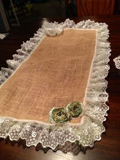 Burlap table runner DIY by Ema's Elegance Burlap Crafts, Diy And Crafts, Sewing Hacks, Sewing Projects, Burlap Table Runners, Burlap Lace, Decorated Jars, Table Toppers, Shabby Chic Decor