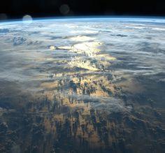 Des ombres longues de plusieurs milliers de kilomètres projetées par les nuages sur la surface de la Terre