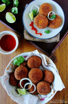 Piping hot, freshly fried, spicy cutlets are a favorite tea time snack. Make these delicious chicken cutlets or croquettes which are crisp outside, juicy and delicious inside. Chicken Cutlet Recipes, Cutlets Recipes, Chicken Cutlets, Chicken Snacks, Chicken Marinades, Fried Chicken, Indian Food Recipes, Ethnic Recipes, Kerala Recipes