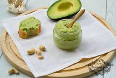Il pesto di avocado è una deliziosa salsa preparata con questo frutto. È perfetto per condire la pasta o guarnire degli sfiziosi e originali antipasti!
