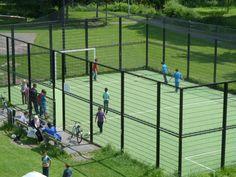 Een ander onderdeel wat we hebben opgenomen in het plan, is een voetbalveld. Het veldje bevind zich midden in het park. Alle vier de zijden zijn voorzien van een hoog hek waardoor de bal in het veld blijft. Ook vind ik belangrijk dat je rond het veld moet kunnen zitten en wachten of kijken naar het voetbal.