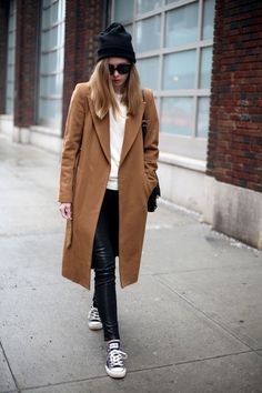 Pense à harmoniser un manteau tabac avec des leggings en cuir noirs pour  achever un style chic et glamour. Cet ensemble est parfait avec une paire de  des ... 9cfd8e621179
