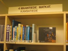 Kuvassa yleinen hyllyssä olevien kirjojen promoaminen Sastamalan kirjastossa eli yksi kirja nostettu esille.