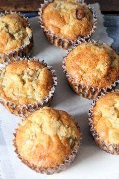 Simpel recept voor suikervrije peer dadel muffins - deze muffins zijn heel geschikt voor (bijna) alle restjes (over)rijp fruit.. Denk appels en banaan, maar ook verse vijgen, zomerfruit en mango. Vegan Scones, Vegan Muffins, Healthy Muffins, Healthy Treats, Healthy Baking, Good Healthy Recipes, Pureed Food Recipes, Baking Recipes, Snack Recipes