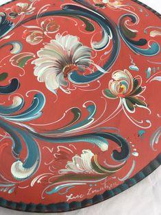 Diy Painting, Painting On Wood, Rosemaling Pattern, Norwegian Rosemaling, European Decor, Tole Painting Patterns, Blue Paint Colors, Scandinavian Folk Art, Bread Board