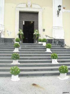 Addobbi con alberelli bassi #verdi per l'esterno della chiesa