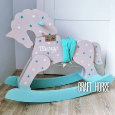 Лошадка-качалка из дерева Rocking Horse Plans, Wood Rocking Horse, Projects For Kids, Diy Wood Projects, Glow Table, Baby Giveaways, Wooden Painting, Baby Rocker, Hobby Horse
