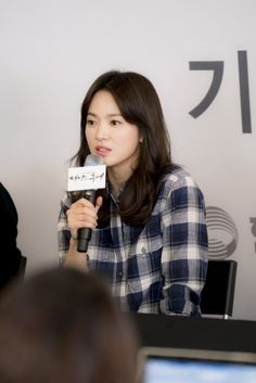 Song Hye-kyo revealed the secret to Song Joong-ki's popularity. A press conference for the KBS drama 'Descendants of the Sun' was held on the with Song Joong-ki, Song Hye-kyo, Jin Goo and Kim Ji-won. Korean Actresses, Korean Actors, Song Joong Ki Birthday, Shirt Collar Pattern, Big Drama, Sun Song, Korean Drama Series, Songsong Couple, Jin Goo