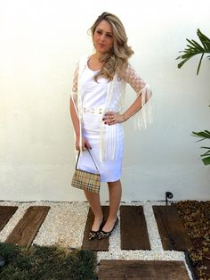 O vestido branco encalhado que deu certo com o top de renda e franja.