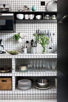 Graphic black and white kitchen utilizing white tiles with dark grout. Kitchen Tiles, Kitchen Dining, Kitchen Decor, Loft Kitchen, Open Kitchen, Kitchen Shelves, Rustic Kitchen, Black Kitchens, Home Kitchens