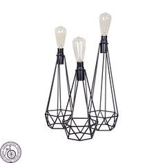 Lámpara Mila de Buro de Atelier Central. Estructura de hierro con acabado texturizada color negro. Focos antiguos.