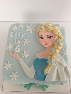 I've been waiting ages to do a frozen cake and finally in the middle of this gorgeous hot weather I find myself making sugar snowflakes! Loved making this cake although I was a bit nervous when it came to painting elsas face. Frozen Theme Cake, Frozen Themed Birthday Party, Disney Frozen Party, Cupcakes, Cupcake Cakes, Pastel Frozen, Elsa Face, Disney Cakes, Cake Decorating Tutorials