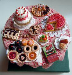1:12 scale // Miniature desserts table van miniacquoline op Etsy, $90.00