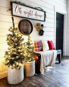 Primitive Country Christmas, Christmas Entryway, Country Christmas Decorations, Farmhouse Christmas Decor, Noel Christmas, Cheap Christmas, Simple Christmas, Beautiful Christmas, Christmas Front Porch Decorations