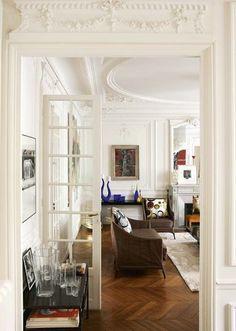 Entrée du salon grandiose - Déco éclectique pour cet appart' haussmannien - CôtéMaison.fr
