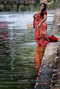 Kadambadi On the way back to Mamallapuram, passing the water-tank of a small village. Beautiful Girl Indian, Most Beautiful Indian Actress, Saris, Vidya Balan Hot, Mother India, Indian Wife, Aunty In Saree, India Culture, Girls In Panties