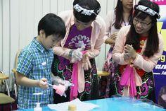 Học sinh trổ tài làm bánh trung thu >> tổ chức cho các bé làm bánh trung thi, tìm hiểu văn hóa dân gian (áp dụng cho trường mầm non)