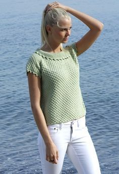 Den søde sommerbluse har et fint vaffelmønster og en meget klædelig krave Modern Tops, Trendy Tops, Summer Knitting, Free Knitting, Dress Patterns, Knitting Patterns, Drops Design, Knitting For Beginners, Knit Or Crochet