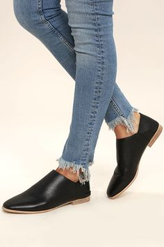 City chic and Boho fashion combine to bring you the stylish Chinese Laundry Owen Black Leather Mules! Genuine leather mules with step-back. Black Leather Mules, Leather Flats, Black Flats Outfit, Only Shoes, Chinese Laundry, Easy Wear, Wearing Black, Cute Shoes, Heeled Mules