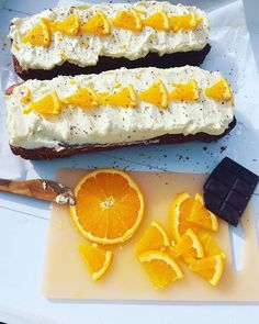 Elsker appelsinerogsynes det smaker like godt i både kaker og desserter. Denne kaken her er utrolig saftig og god og holder seg lenge i en tett boks. Denne gangen langde jeg den i to brødformer m…